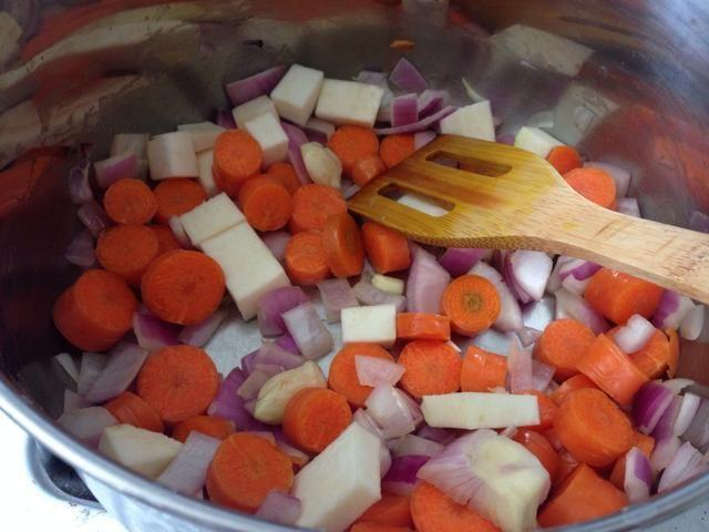 Después de unos 4 minutos de saltear, añadir las zanahorias y porque tenía algunos, añadí un poco de raíz de apio. También puedes añadir el apio cortado en cubitos en este punto, si'd like.