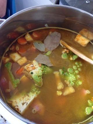 Añadir los guisantes partidos, agua y hojas de laurel y dejar cocer a fuego lento durante aproximadamente 40 minutos.