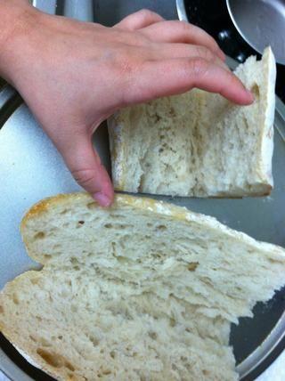 Precaliente el horno a unos 450, cortar su baguette por la mitad y cortar en cuatro trozos. (o dos, dependiendo de cómo hambre estás!). Tostar el pan durante un par de minutos.