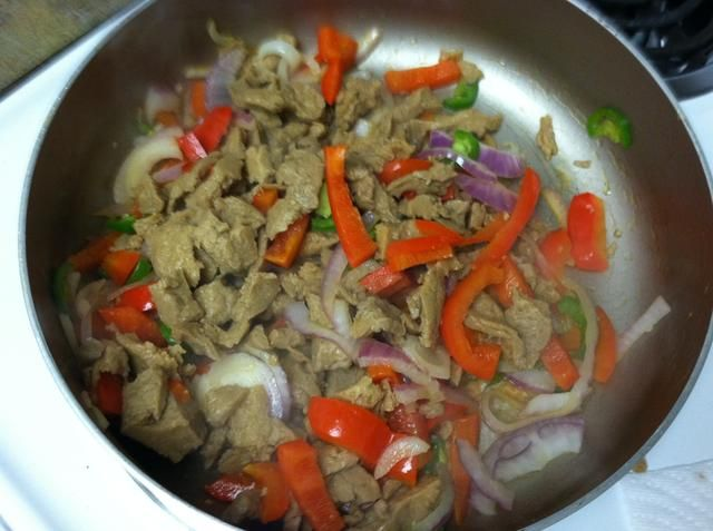 Añadir el seitán con sus verduras y dejar que el marrón seitán un poco.