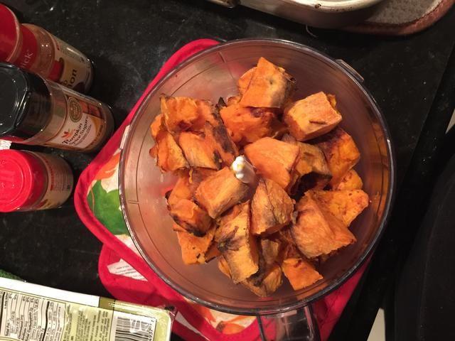 Agregar los trozos de batata al procesador de alimentos. Mezcle hasta que esté suave.