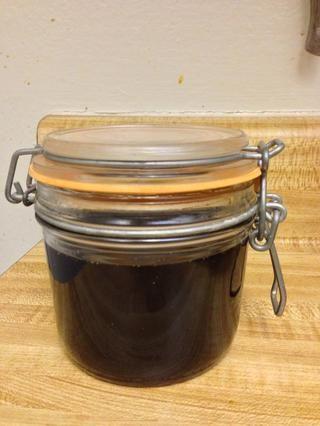 Ahora ha hecho jarabe simple. Guarde el jarabe sin usar en el refrigerador para uso futuro.