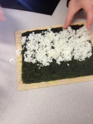 Extienda el arroz para crear una capa fina en 2 tercios de la hoja.