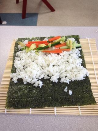 Añadir las verduras picadas al tercio inferior de la hoja.