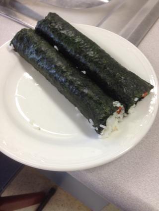 Coloca sushi terminado de unirse a abajo en un plato, mientras que la preparación de las otras hojas de sushi. Refrigere para ayudar a enlazar el arroz, si es necesario.