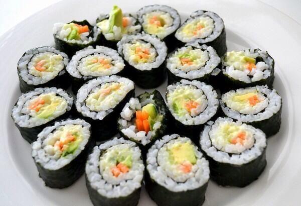 Cortar sushi en segmentos y servir con un plato de salsa de soja para mojar.
