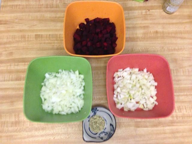Cortar las remolachas, cebollas, un bulbo de hinojo, y medir 1 1/2 cucharadita de semillas de hinojo.