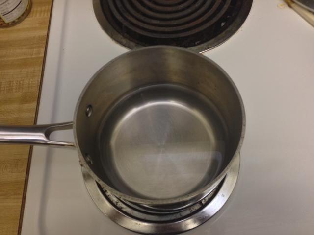 Hervir 2 tazas de agua a fuego alto.