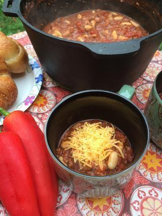 Cubierto con queso cheddar y servido con pan crujiente y mantequilla.