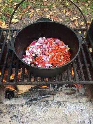 Esta olla de hierro fundido que se calienta sobre el fuego, con 2tbls de aceite de oliva. Cuando la olla esté caliente, añadir 1 cebolla grande, diced- 1 pimiento diced- 1 chile jalapeño, cortado en cubitos. Saltear la ligera.