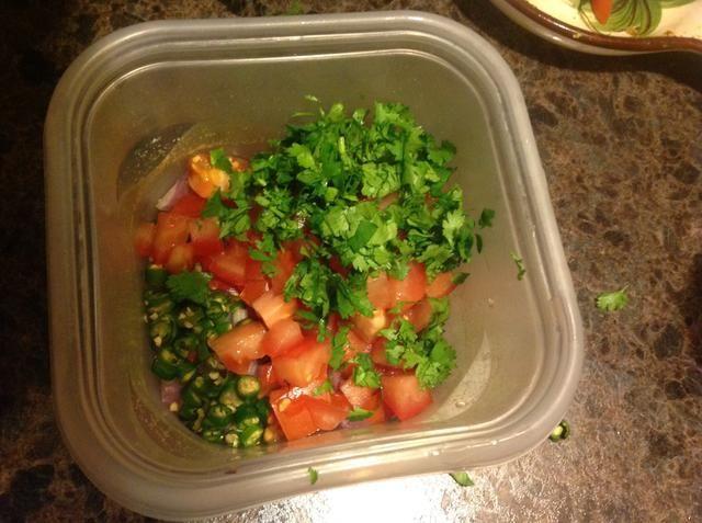 Picar el cilantro y los tomates y añadir a un plato con chiles y cebollas.