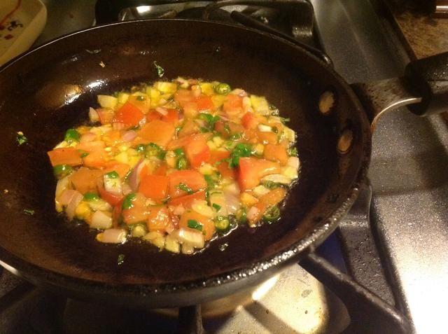 Para una sartén con un poco de aceite caliente, añadir una cucharadita colmada de la salsa que acaba de hacer, y sofría por un par de minutos.