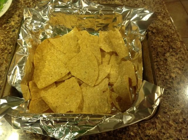 Forrar un molde con papel de aluminio para que ganó't even have to wash that pan later. Win! Arrange chips in a single layer.