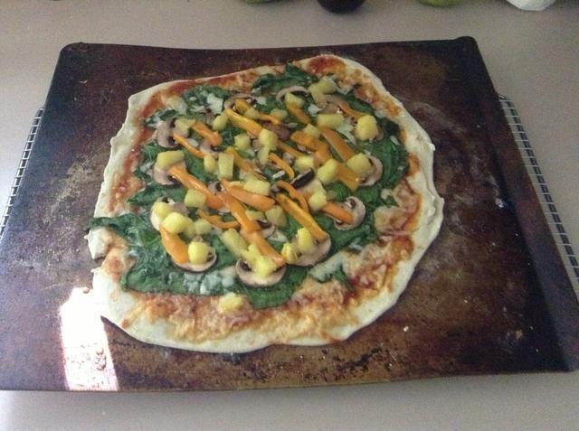 Después de 9 minutos tomar la pizza del horno.