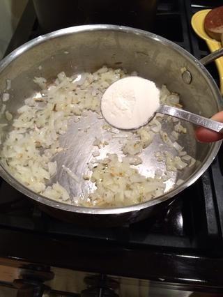 Añadir 2 cucharadas de harina.