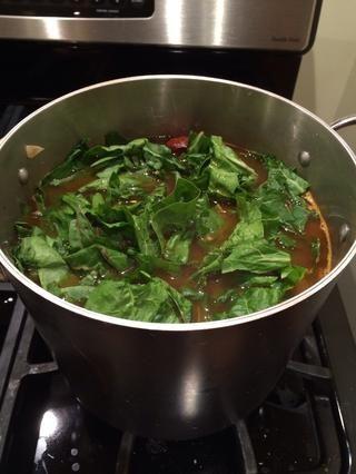 Revuelva en algunas verduras picadas. Aquí estoy usando acelgas. Cocine por un minuto o dos, hasta que las verduras de la marchitez.