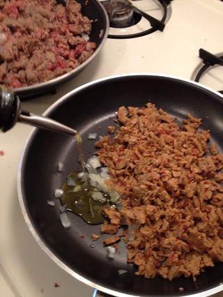 Añadir un poco de cebolla si te gusta y el aceite de oliva a la sartén. Mantener a fuego medio. Añadir sal y pimienta al gusto.