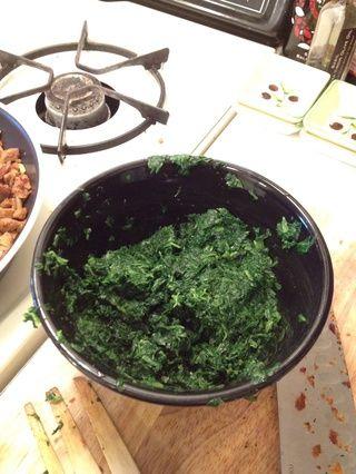 Descongelar las espinacas y drene completamente. Usted don't want extra water in your mix.