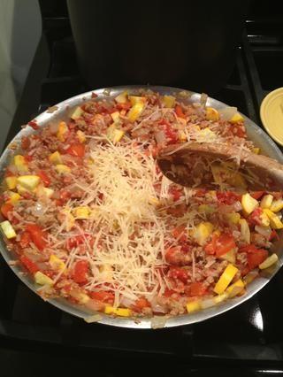 Añadir el queso rallado parmesano y todas las hierbas, sal y pimienta al gusto. Combina bien. Compruebe si se necesita más arroz.