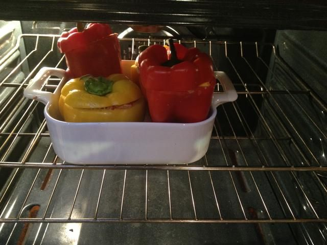 Coloque en el horno y hornear hasta que los pimientos estén tiernos, unos 30 minutos.