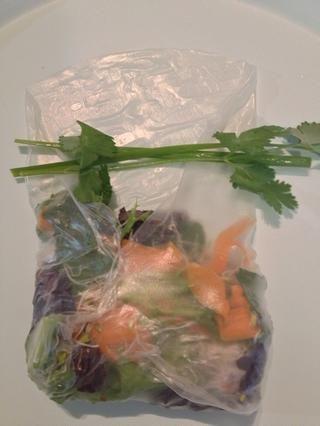 Si usted tiene proteínas, aquí es donde usted pondría ellos. Añado las cebolletas y el cilantro exterior del rollo.