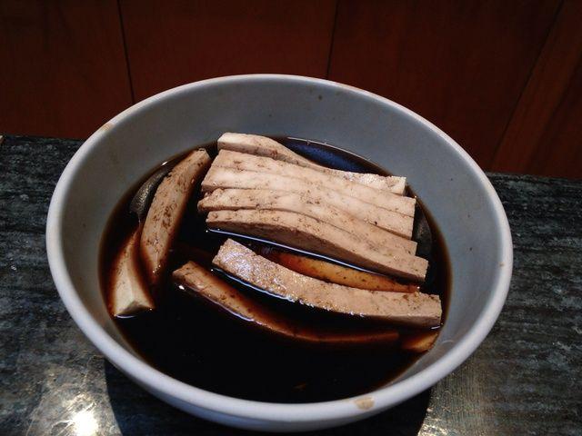 Me gusta cortar tiras de tofu y deje marinar en un tazón de salsa de soja cortar con agua. Luego agrego un poco de jengibre y el ajo. Después de 10-15 minutos se's ready to be added to the sushi roll.