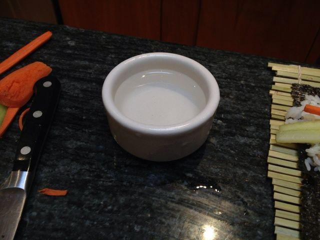 Llene una pequeña cazuela con agua fría.