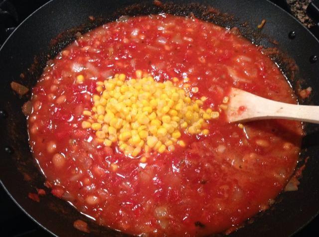 Una vez que hierva, reduzca el fuego a fuego lento y añadir el maíz. Cocine a fuego lento durante 5 minutos.