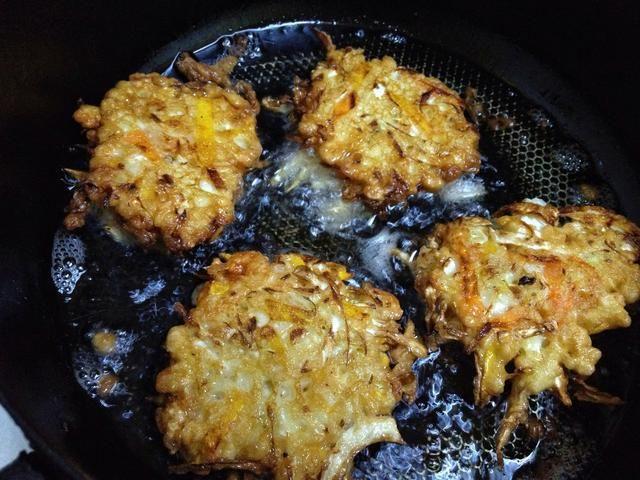 Caliente el aceite en cucharadas de pan y soltar de los ingredientes maltratadas. Fry ambos lados hasta que estén doradas. Escurrir el exceso de aceite sobre papel de cocina