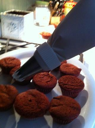 Usando su manga pastelera grande, tubo de remolinos en pastelitos.