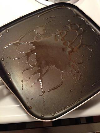 Añadir el aceite a la sartén a fuego medio. Le recomiendo haciendo esto porque la carne de venado es extremadamente baja en grasas y doesn't produce much fat. Oil keeps it from scorching & sticking to the pan.