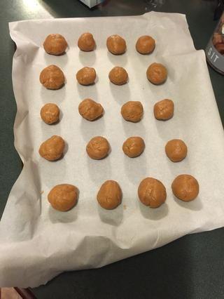 Estirar la masa de galletas con las manos