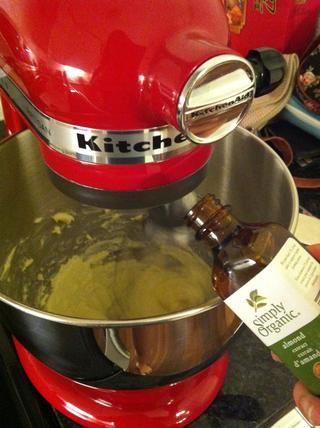 Agregar el extracto de almendras y huevos, batiendo bien después de cada una