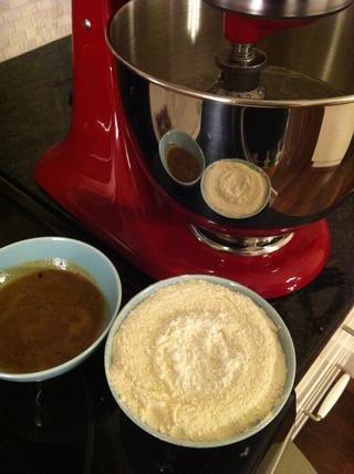 Añadir la mitad de la mezcla de harina, a continuación, añadir la mitad del café, mezclar durante 5 segundos y luego añadir el resto de la mezcla de harina y café
