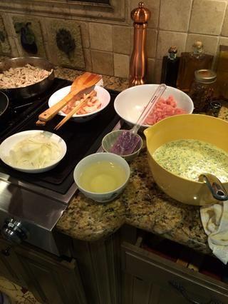 Reúna cerdo Ingredientes-, camarones, cebolla, mezcla de la pasta y el aceite vegetal.