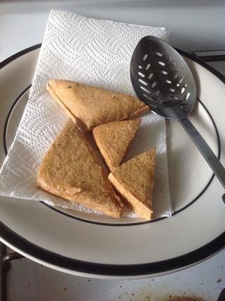 Escoge a cabo y poner en un papel de extracción del aceite. Si usted puede comprar tofu frito, sólo alevines rápidas ellos