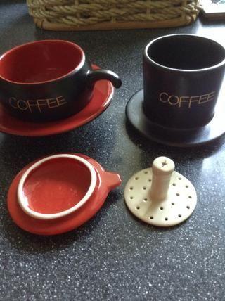 De izquierda a derecha, en sentido horario: Taza con el platillo, gotero café (donde se pone el café molido en), prensatelas café, y la tapa gotero.