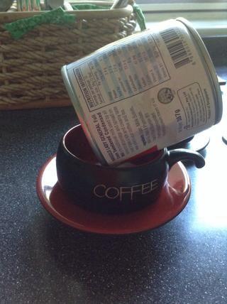 Verter la leche condensada directamente en la taza. La mía era fría de la nevera, así que tuve que dejar que repose en la parte superior de la copa hasta que consiga la cantidad deseada.