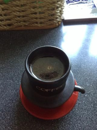 Añadir agua caliente hasta que se llena la parte superior, que está a unos 60 ml. Su café molido flotará alrededor como esto.
