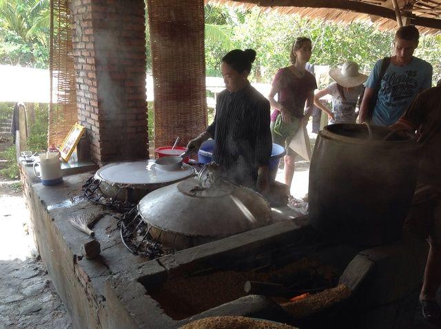 La pasta se calienta en un sartén grande tanto como cocinar panqueques.