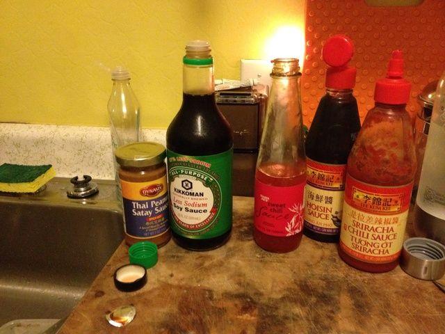 lo salsas asiático que tiene en su refrigerador. conseguir la suposición y hacer su propia salsa de maní.