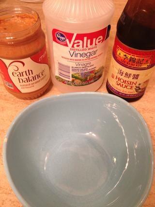 Y para la salsa de maní, recoger sus ingredientes (además de agua caliente).