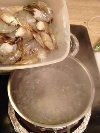 Para otra olla de agua hirviendo, añadir su camarón.