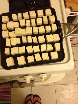 cubicar su bloque de tofu y freír pan en un poco de aceite de oliva y aceite de sésamo.