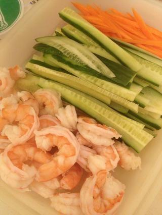 Añadir a tu pepino y zanahorias cortadas.