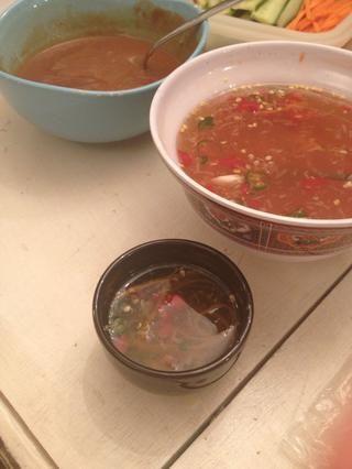 Me gusta derramar mi salsa en un plato mucho más pequeño por lo que don't contaminate the big bowl. Use this nuoc cham(fish sauce) for vermicelli bowl later.