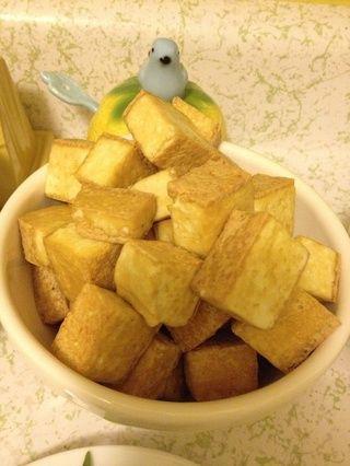 cocinados dados de tofu crujiente.