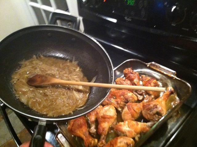 Saque el pollo y añadir la mezcla de cebolla a la misma.