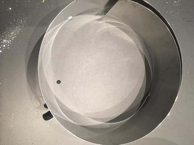 Coloque el pastel en un círculo de pastelería ajustable y fijarlo firmemente. o utilizar el mismo molde utilizado para la cocción .. Pero tiene que ser 4-5 cm más alto que el pastel