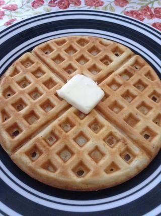 Levante la galleta de la plancha con cuidado con un folk. Servir caliente con mantequilla y jarabe o otros productos para untar. Esta receta hace unos 4-5 gofres. ¡Disfrutar!